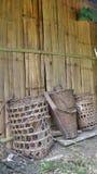 Бамбуковые корзины полагаются на стене защелки Стоковые Фото