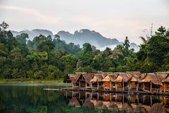 Бамбуковые хаты плавая в тайскую деревню стоковые изображения rf