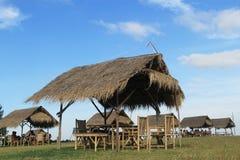 Бамбуковые хаты с голубым небом в тайской деревне стоковое фото rf