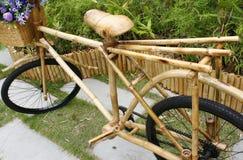 Бамбуковый велосипед с букетом Стоковое Изображение