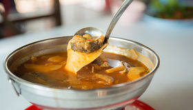 бамбуковый всход и рыбы в пряном и кислом супе тайское местное ` Gangsom ` еды изображение для добавляет текст и делает меню Стоковая Фотография