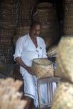 Бамбуковый изготовитель корзины в Varkala, Индии стоковое изображение