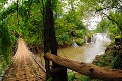 Бамбуковый мост веревочки в водопаде Tad Pha Souam, Лаосе. Стоковая Фотография RF