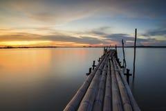 Бамбуковый мост в море сумерк Стоковая Фотография