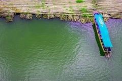 Бамбуковый мост, деревянный мост понедельника, Sangkhla Buri, Kanchanaburi Стоковые Фотографии RF