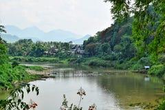 Бамбуковый мост над рекой Nam Khan в Luang Prabang в Лаосе Стоковые Изображения RF