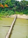 Бамбуковый мост над рекой Nam Khan в Luang Prabang в Лаосе Стоковое Фото