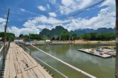 Бамбуковый мост на реке песни Nam Vang Vieng Лаос Стоковые Изображения RF