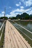 Бамбуковый мост на реке песни Nam Vang Vieng Лаос Стоковые Фото