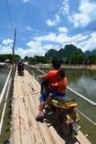 Бамбуковый мост на реке песни Nam Vang Vieng Лаос Стоковые Изображения
