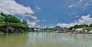 Бамбуковый мост на реке песни Nam Vang Vieng Лаос Стоковая Фотография