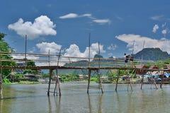 Бамбуковый мост на реке песни Nam Vang Vieng Лаос Стоковые Фотографии RF