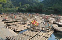 Бамбуковый сплавляя ландшафт Yangshou Китай горы karst Стоковая Фотография RF