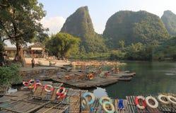 Бамбуковый сплавляя ландшафт Yangshou Китай горы karst Стоковое Изображение RF