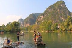 Бамбуковый сплавляя ландшафт Yangshou Китай горы karst Стоковые Фотографии RF