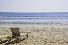 Бамбуковый стул морем для места для того чтобы увидеть взгляд и яхту в море стоковое фото rf