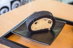 Бамбуковый торт крена угля с свежей сливк и черной фасолью сои Стоковая Фотография RF