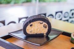 Бамбуковый торт крена угля с свежей сливк и черной фасолью сои Стоковые Изображения