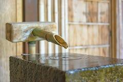 Бамбуковый фонтан в доме самураев Nomura-ke в Kanazawa, Японии Стоковая Фотография