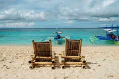 2 бамбуковых стуль на красивом тропическом пляже с белым песком и ясным океаном бирюзы экзотический остров на Филиппинах стоковое фото
