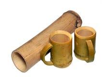 2 бамбуковых чашки и сухого бамбукового черенок изолированные на белом backgroun Стоковое Изображение