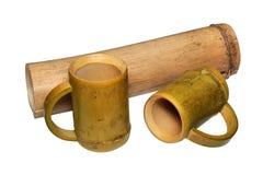 2 бамбуковых чашки и сухого бамбукового черенок изолированные на белом backgroun Стоковое Фото
