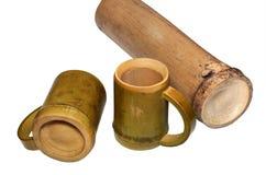 2 бамбуковых чашки и сухого бамбукового черенок изолированные на белом backgroun Стоковые Изображения