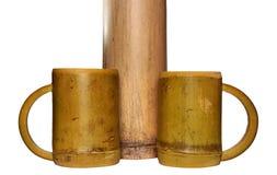 2 бамбуковых чашки и сухого бамбукового черенок на белом backgroun Стоковая Фотография