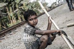 Бамбук вырезывания мальчика деревни Стоковые Фотографии RF