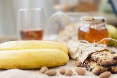 2 банана для еды завтрака здоровой хлопья штанги diet пригодность домашнее утро скопируйте космос стоковое фото rf