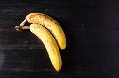 2 банана на темной предпосылке Стоковое Фото