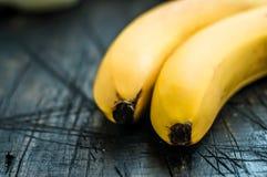 2 банана на черной древесине Стоковые Фотографии RF