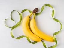 2 банана с зеленой рамкой ленты Стоковые Фотографии RF