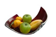 2 банана, 2 яблока, 3 апельсин, корзина плодоовощ на таблице Стоковое Изображение RF
