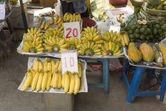 бананы выходят продавать вышед на рынок на рынок стойл Стоковое Изображение