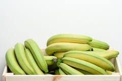 Бананы в деревянной коробке стоковое фото rf