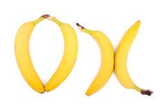 Бананы в форме слова ` О'КЕЙ ` 4 очень вкусных желтых банана Ингридиенты вегетарианского завтрака лета свежие экзотические Стоковая Фотография RF