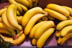 Бананы груши - органический зрелый плодоовощ банана в рынке груши Стоковая Фотография