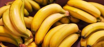 Бананы груши - органический зрелый плодоовощ банана в рынке груши Стоковое Изображение RF
