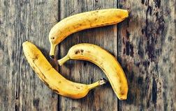 Бананы 3 зрелых банана на деревянном столе Стоковое фото RF