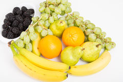 Бананы и груши виноградин ежевик апельсинов на белизне Стоковая Фотография