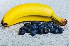 2 бананы и кучи huckleberries Стоковое Изображение