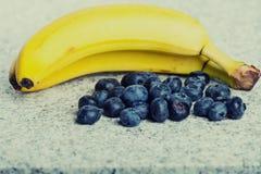 2 бананы и кучи huckleberries Стоковое Изображение RF