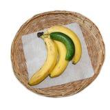 Бананы и огурец в одной корзине стоковая фотография