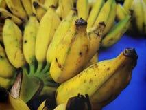 бананы образовывают зрелый желтый цвет Стоковое фото RF