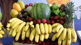 Банан, арбуз, ананас etc в корзине Стоковые Изображения