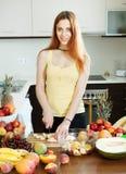Банан вырезывания женщины для фруктового салата Стоковое Изображение RF