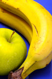 Банан и зеленое яблоко Стоковые Фото