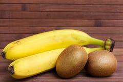 Банан и киви свежих фруктов изолированные на деревянной предпосылке еда здоровая смешивание свежих фруктов Группа в составе цитру Стоковые Фотографии RF