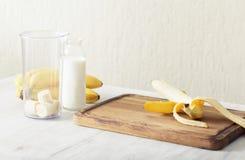 Банан, молоко бутылки Ингридиенты для коктеиля w молока подготовки Стоковое Изображение RF